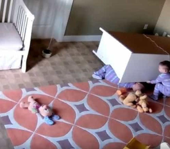Criança de dois anos salva irmão gémeo preso debaixo de armário