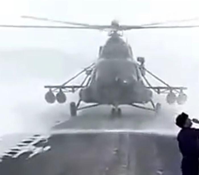 Helicóptero perde-se nos ares e pede ajuda a automobilistas na estrada