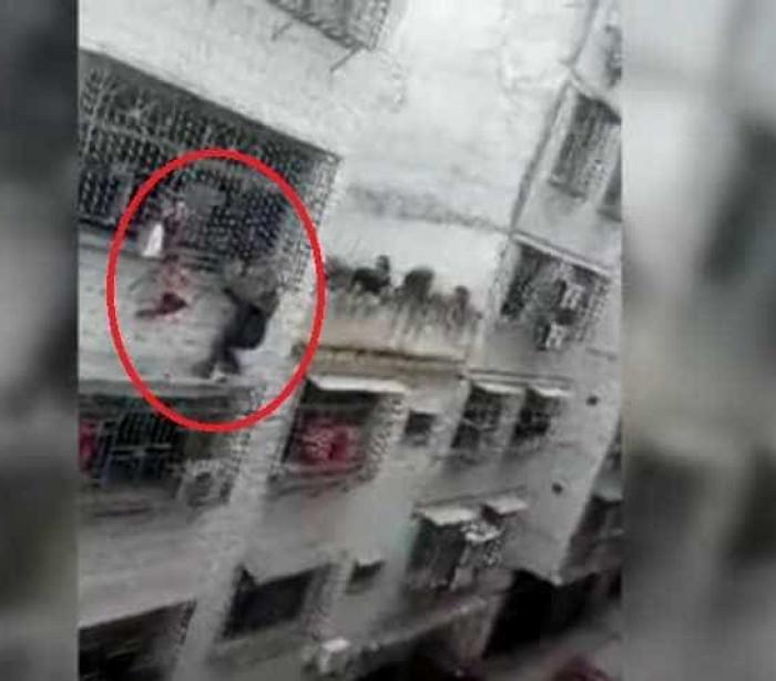 China: Criança fica pendurada pela cabeça em varanda de prédio