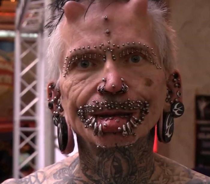 Recordista chama atenção em Caracas. Tem quase 500 piercings