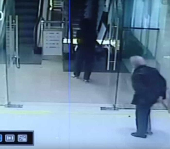 Idosa é salva por homem ao cair em escada rolante