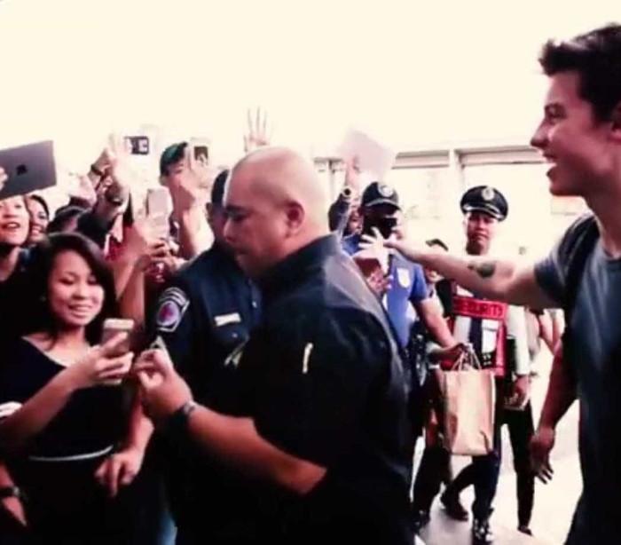 Fãs despediram-se de Shawn Mendes no aeroporto de Manila