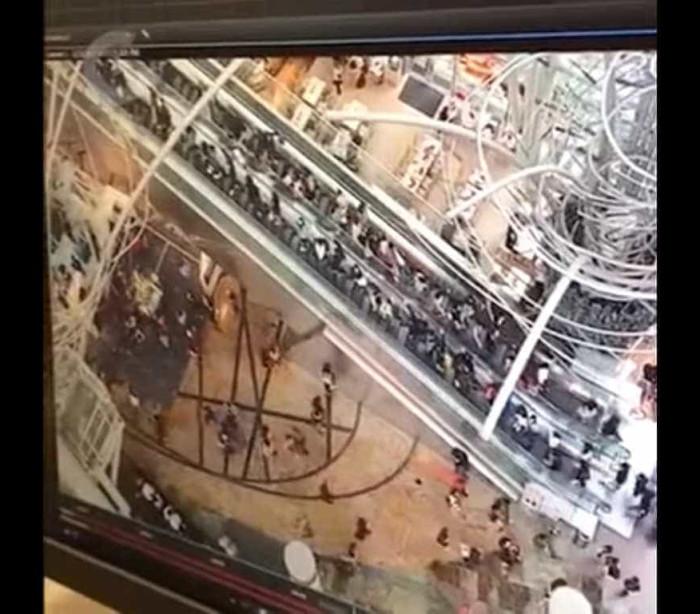 Escada rolante muda de sentido e fere dezenas em shopping center