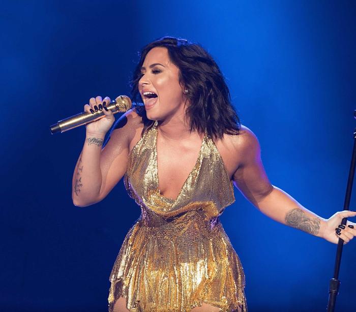 Demi Lovato incrível em palco para um concerto de beneficência