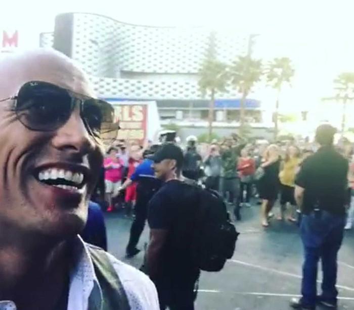 The Rock ignora segurança e cumprimenta fãs