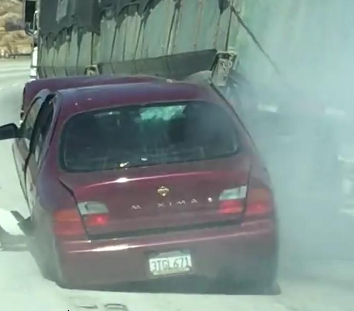 Camionista arrasta carro durante quilómetros... sem perceber