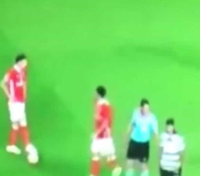 As imagens de Lindelof a adiantar várias vezes a bola antes do golo