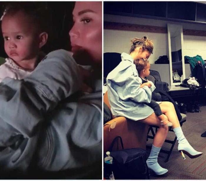 Bebé de John Legend assiste ao concerto do pai