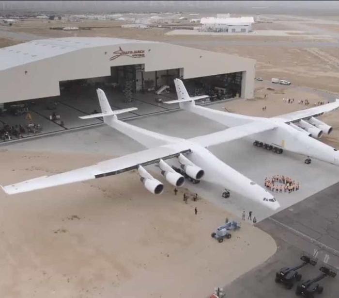Maior avião já construído sai do hangar nos EUA