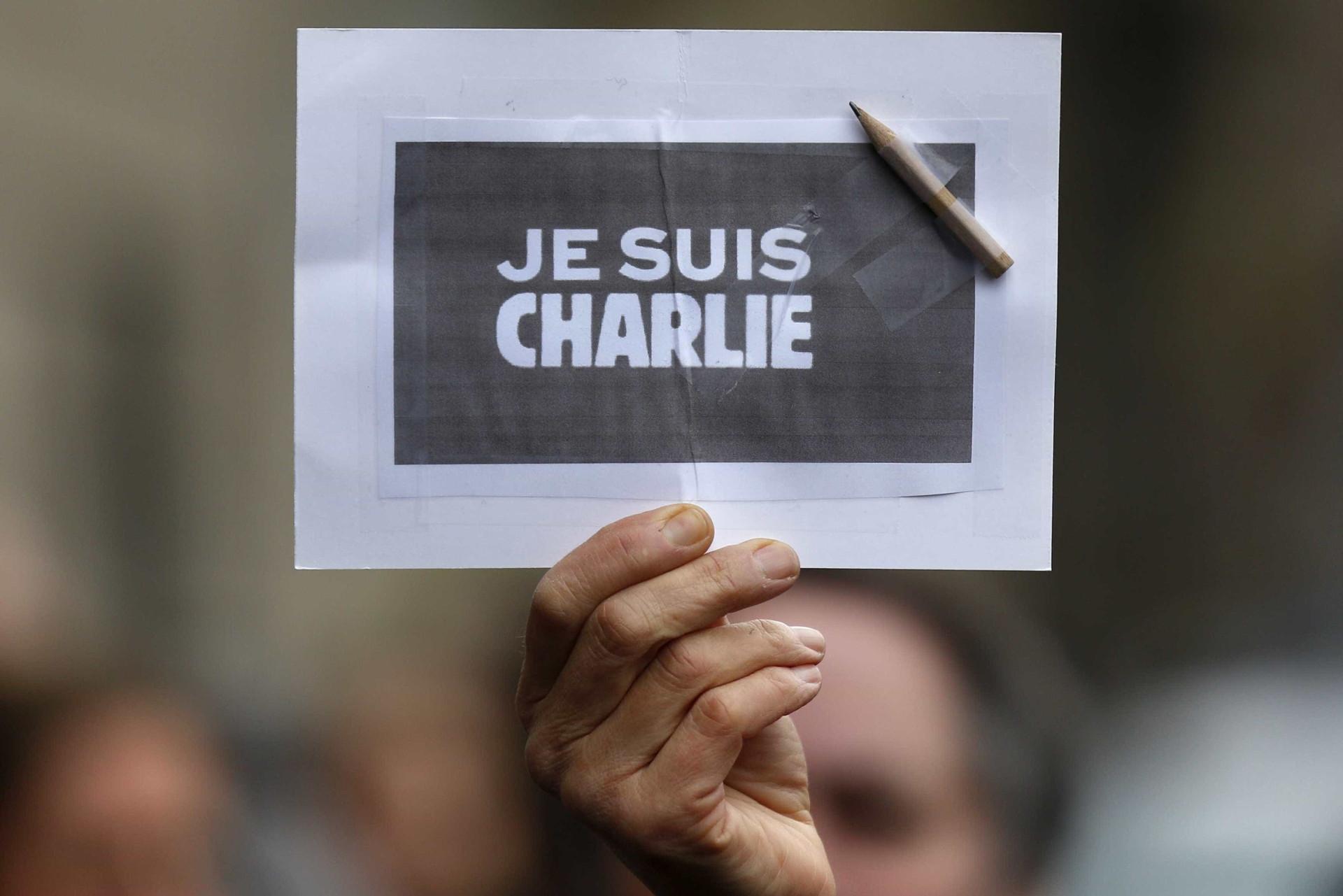 Charlie Hebdo estreia-se na Alemanha com Merkel e VW na primeira página