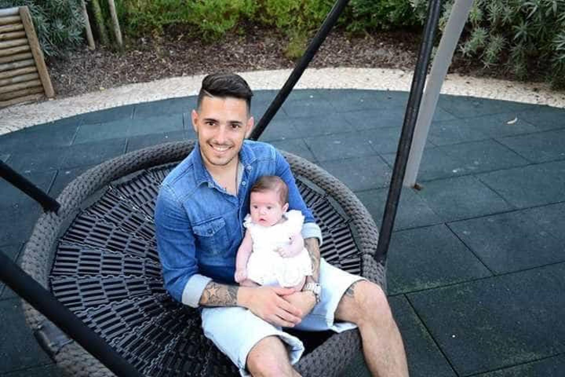 Bebé terá sido recusada em creche devido a tatuagens do pai