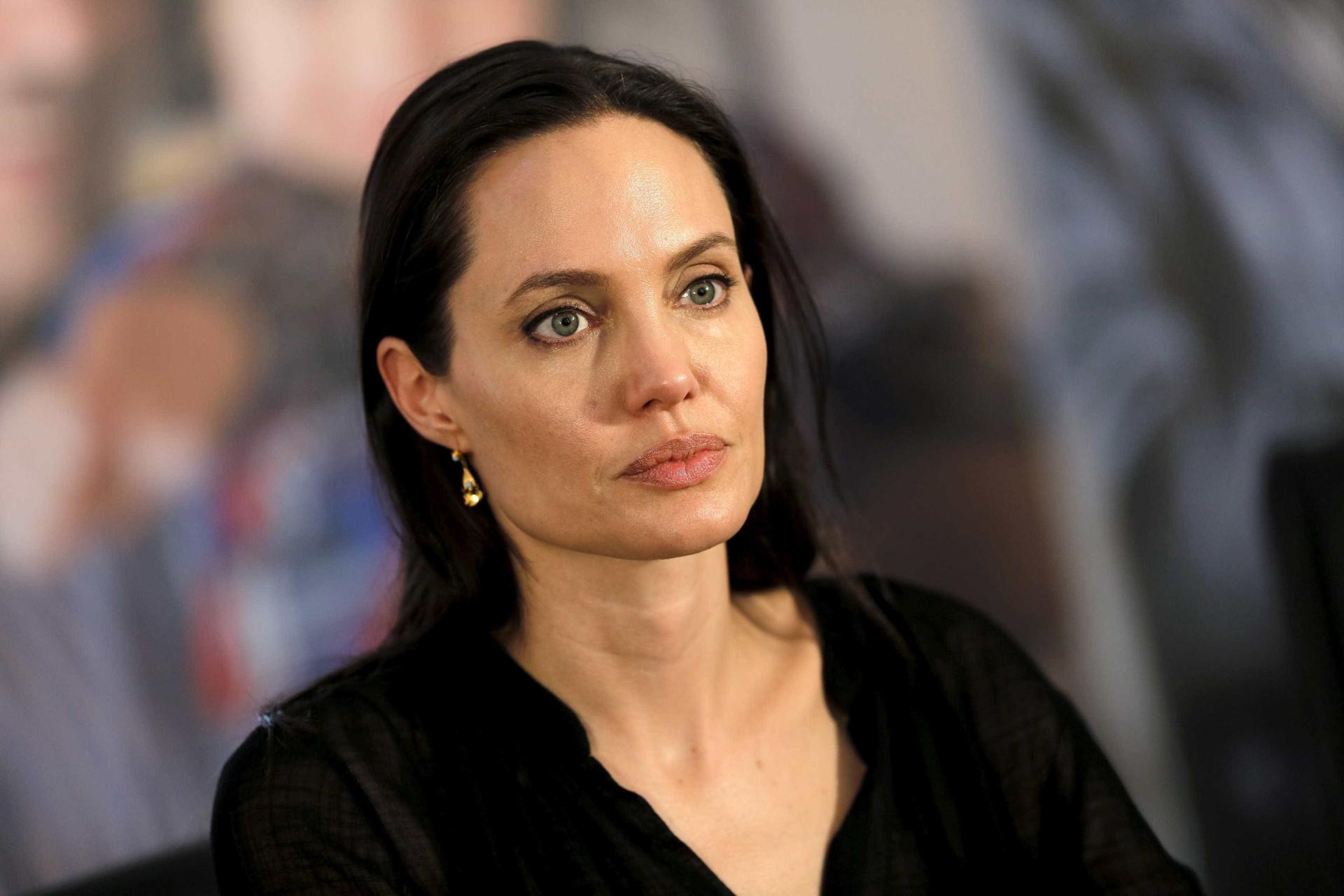 Jolie 'apanhada' pelos paparazzi pela primeira vez depois do divórcio