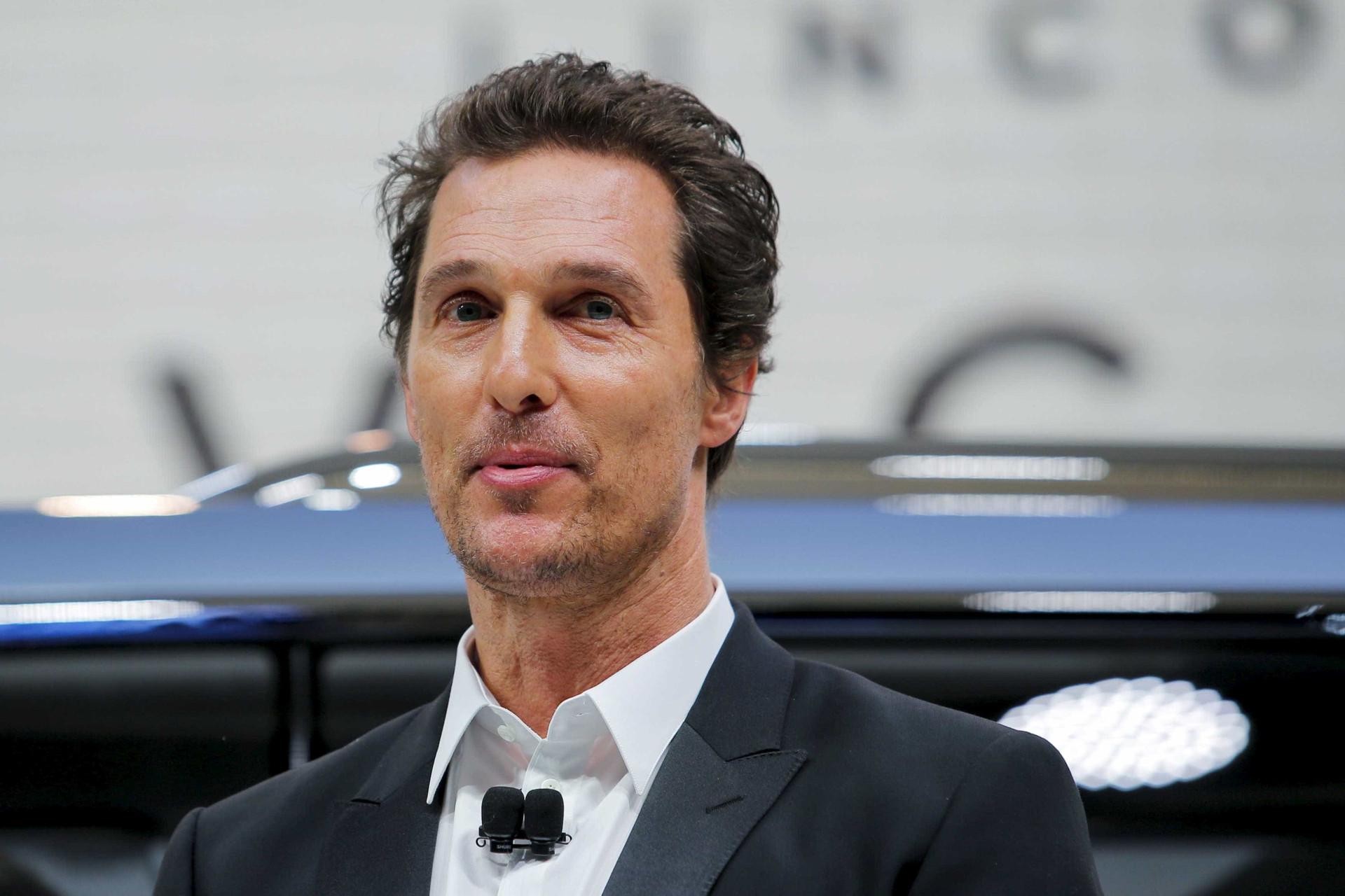 Matthew McConaughey oferece boleia a estudantes… num carro de golfe