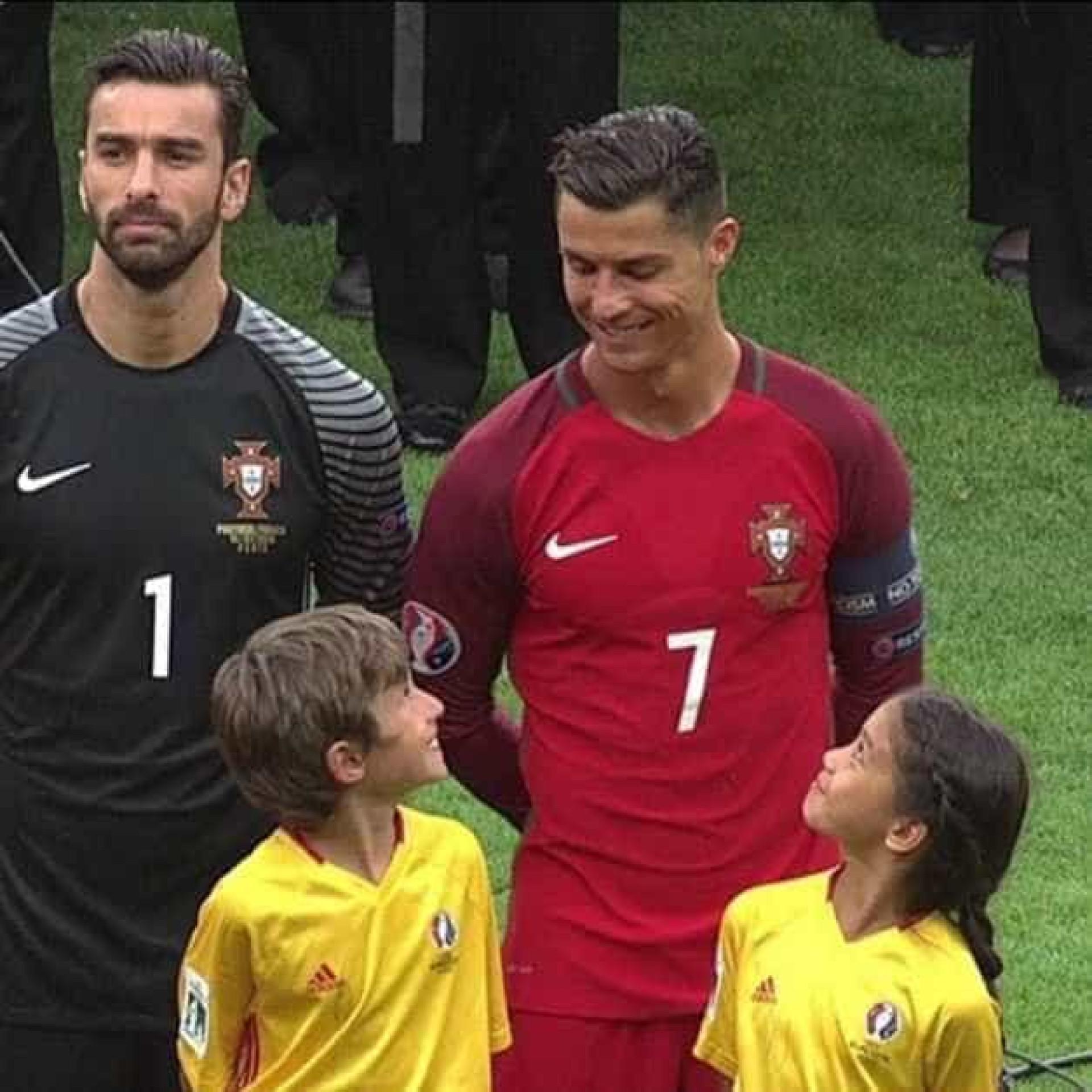 Ronaldo deixa crianças 'radiantes' com um sorriso