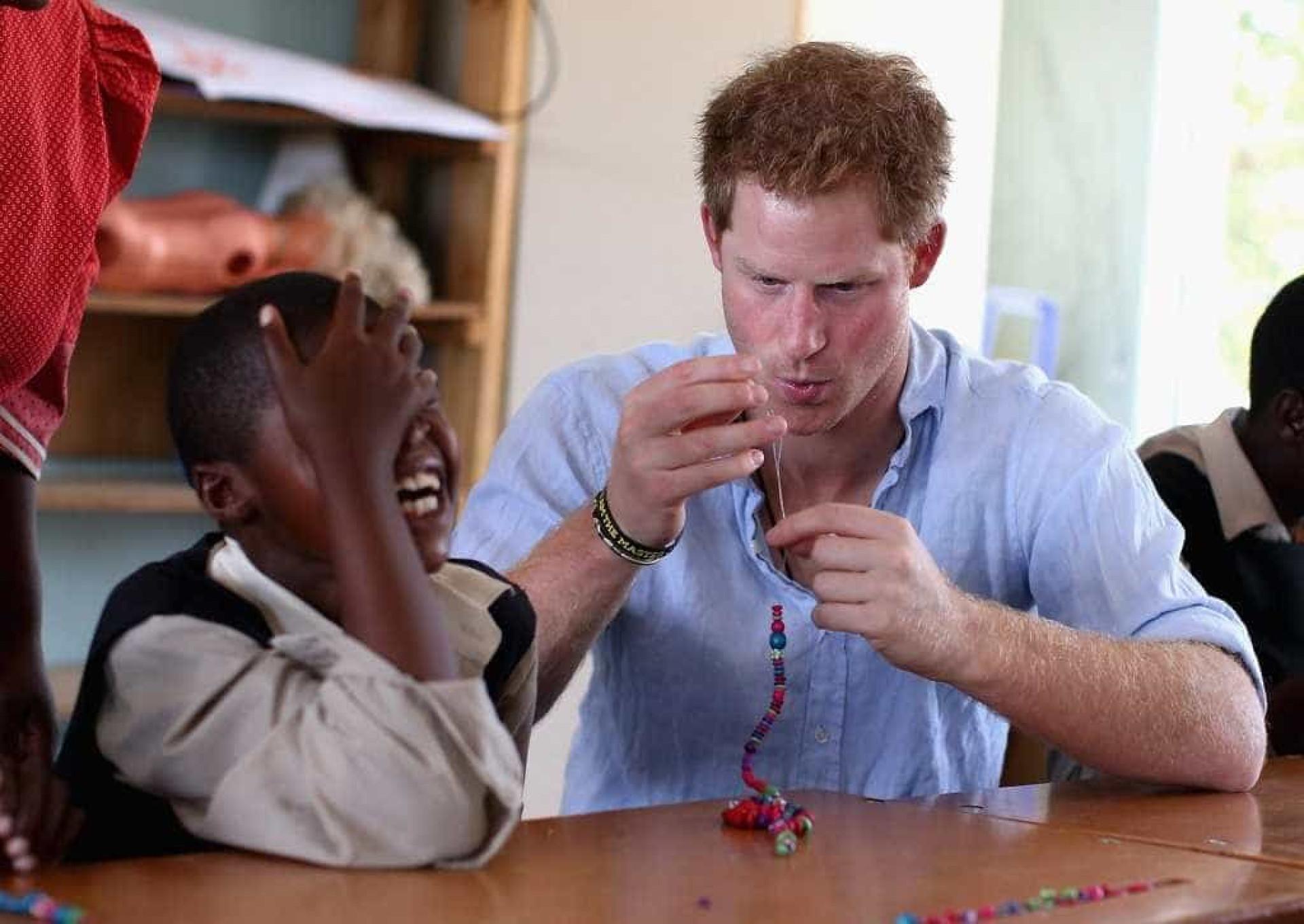 Príncipe Harry em momentos adoráveis com crianças