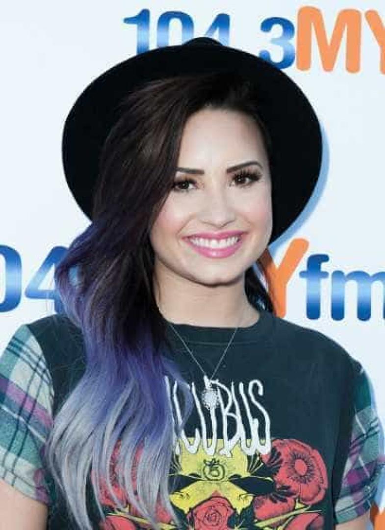 Loira mais uma vez. Os penteados de Demi Lovato