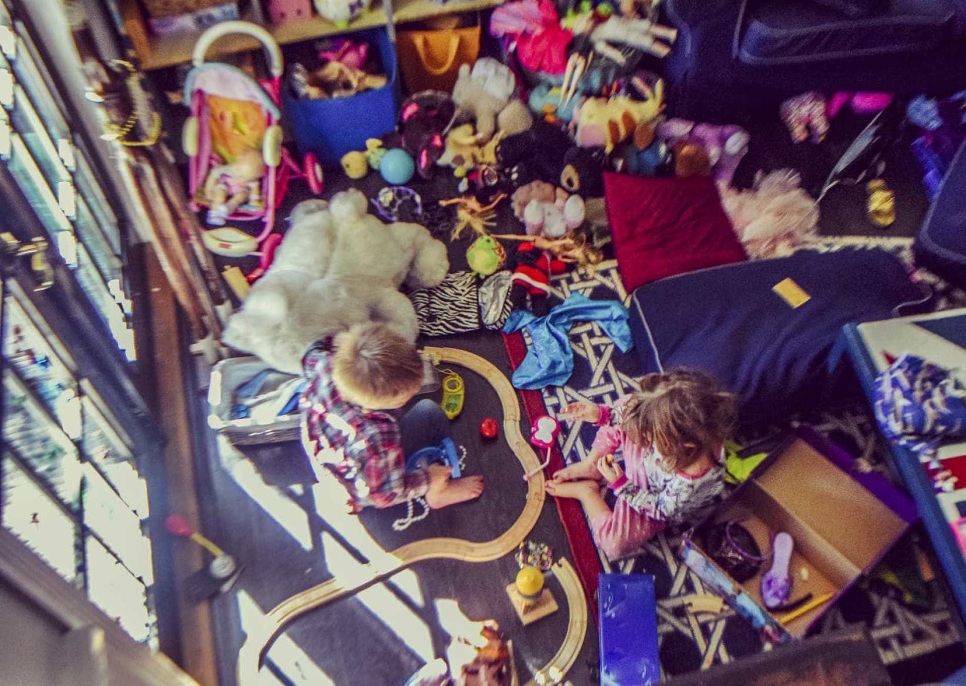 Truque simples (mas eficaz) para pôr os filhos a arrumarem o quarto