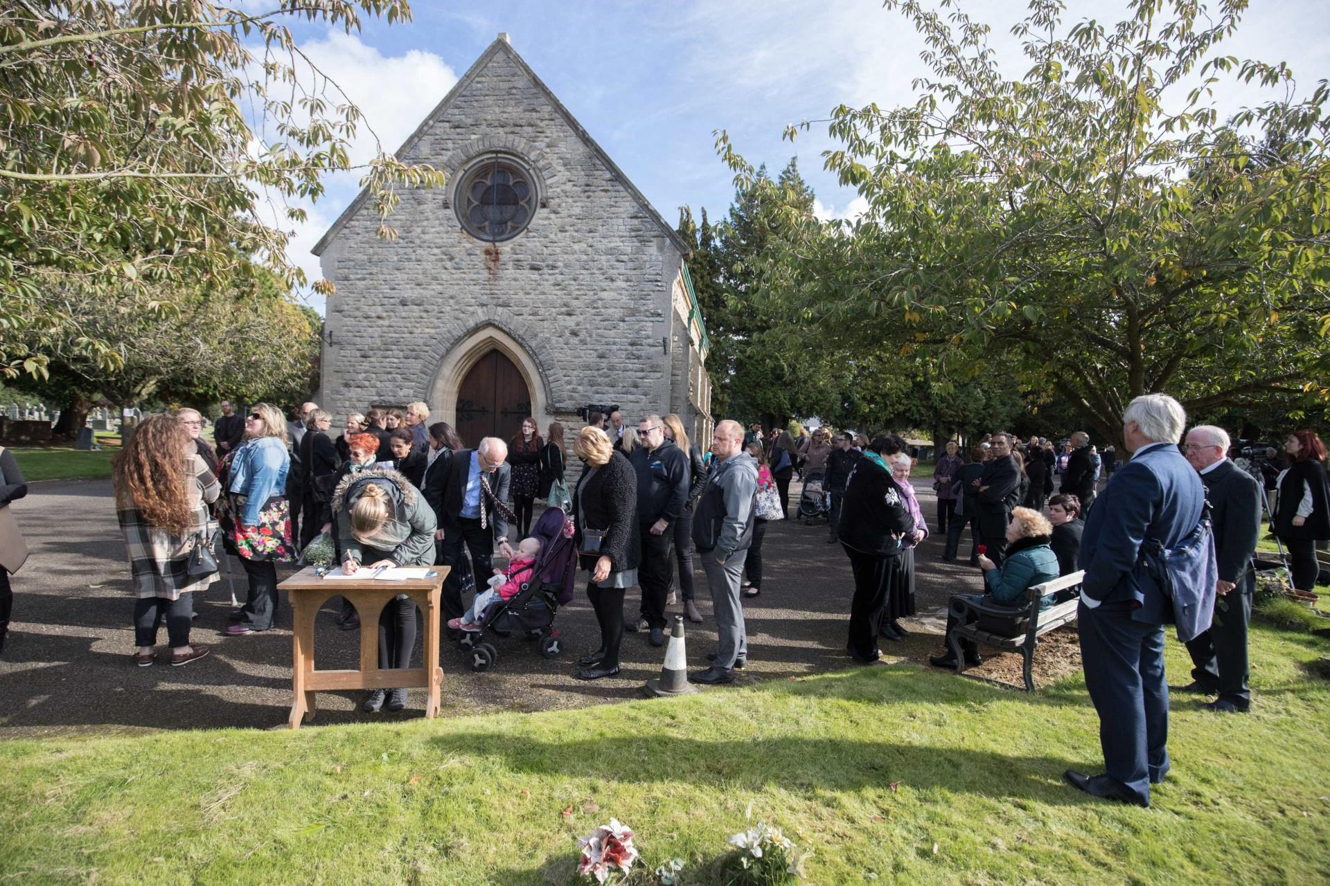 Centenas no funeral de bebé que nunca chegou a ser identificada