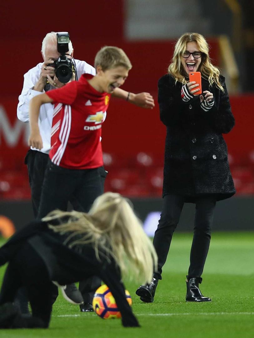 Jogador mais caro do mundo ganha um beijo de Julia Roberts