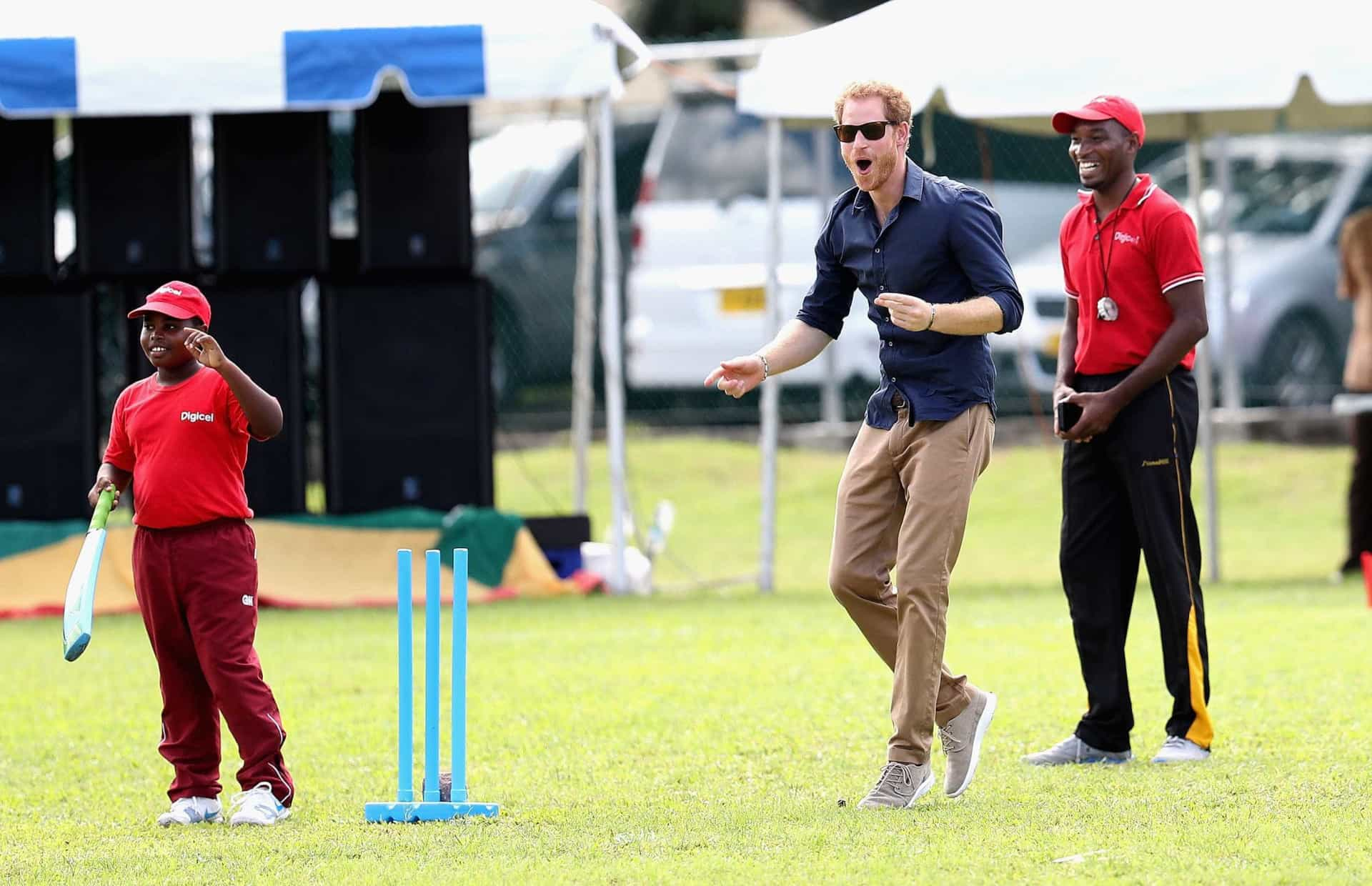 Príncipe Harry joga cricket nas Caraíbas