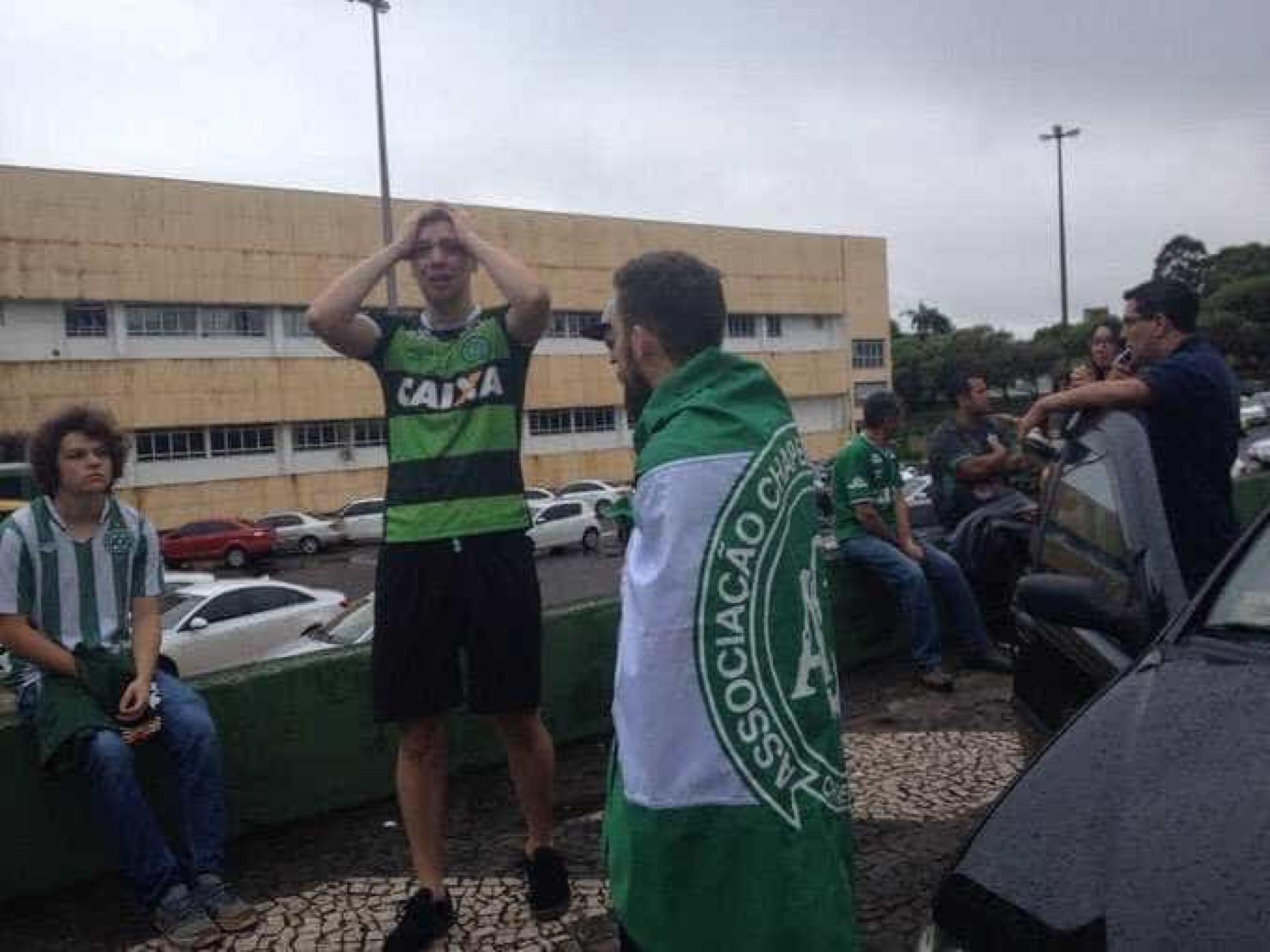 Chapecoense: Colegas e adeptos unidos em momento de dor