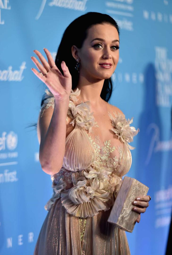 Hillary Clinton aparece de surpresa e entrega prémio a Katy Perry