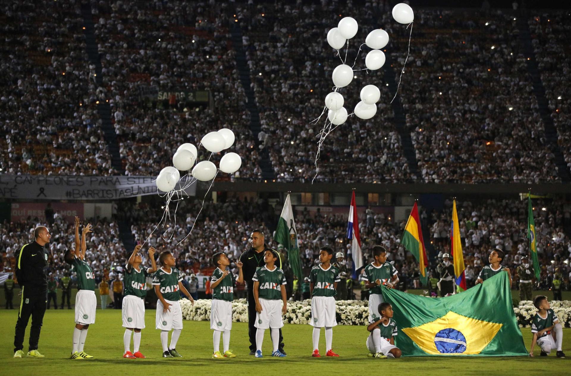 Estádio do Atlético Nacional encheu-se para homenagear Chapecoense