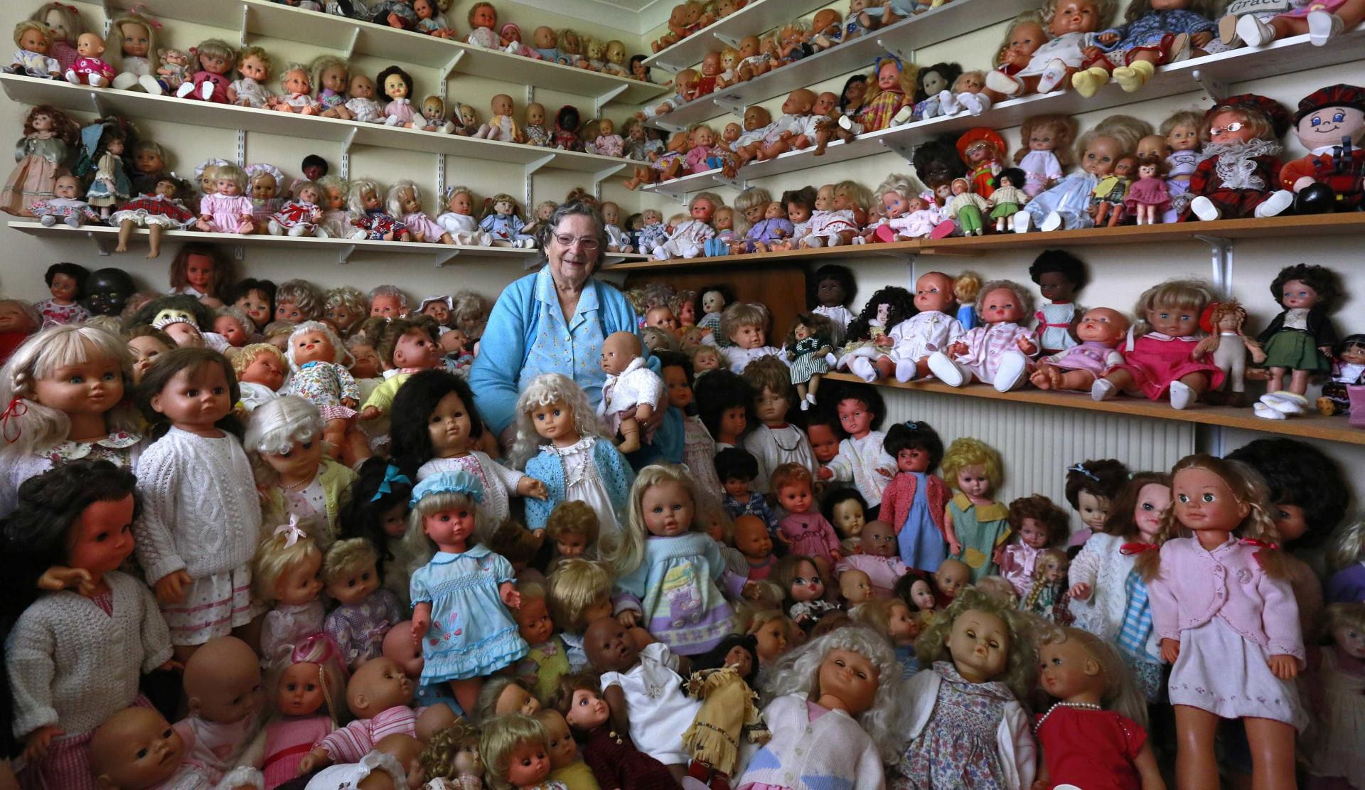 Têm milhares de bonecas, sutiãs ou pedras. São colecionadores extremos