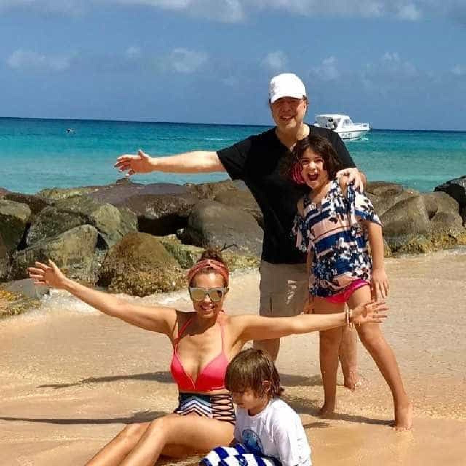 Aos 45 anos, Thalia mostra a boa forma física em férias com a família