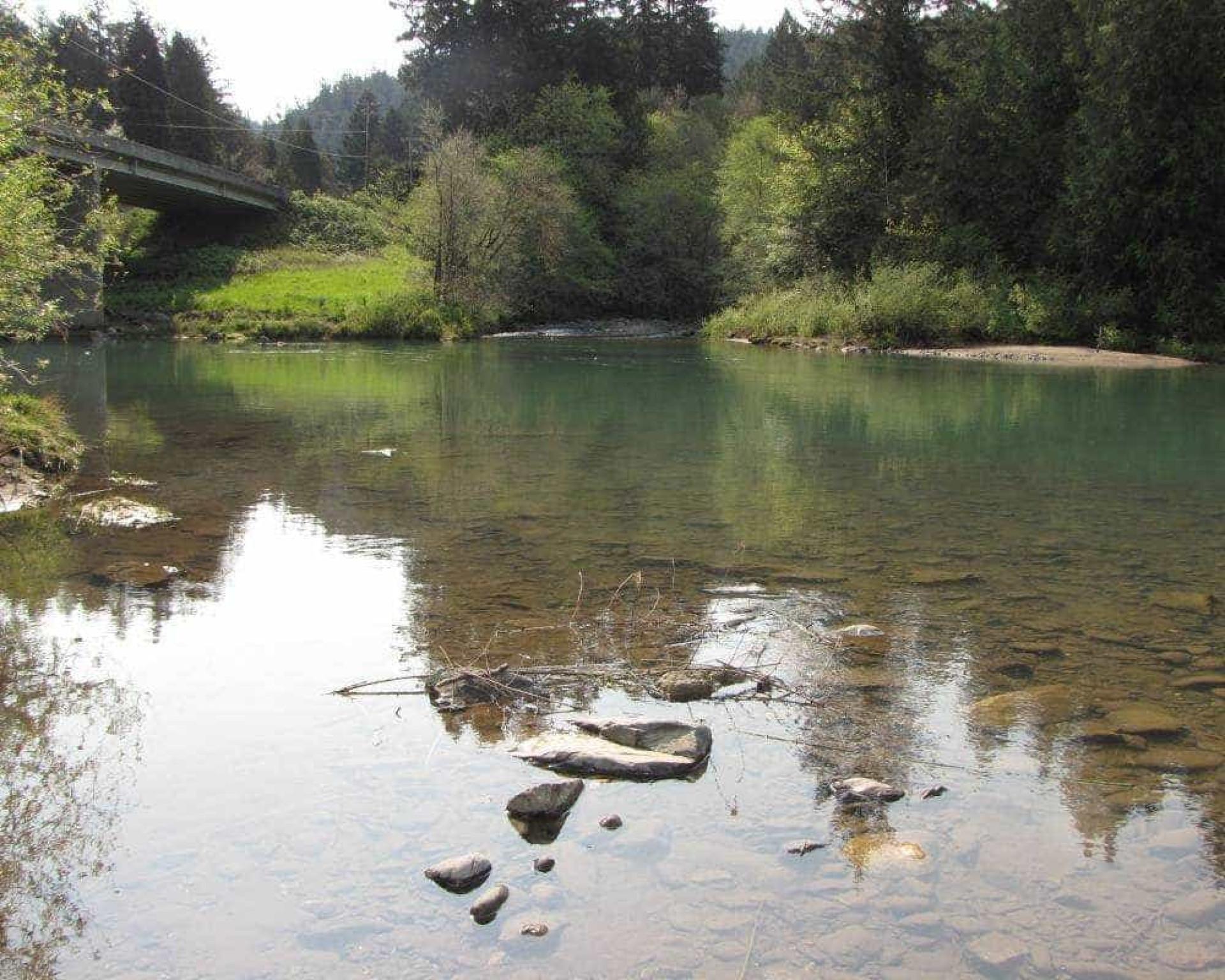 Este 'paraíso perdido' está à venda. O rio e a escola estão incluídos