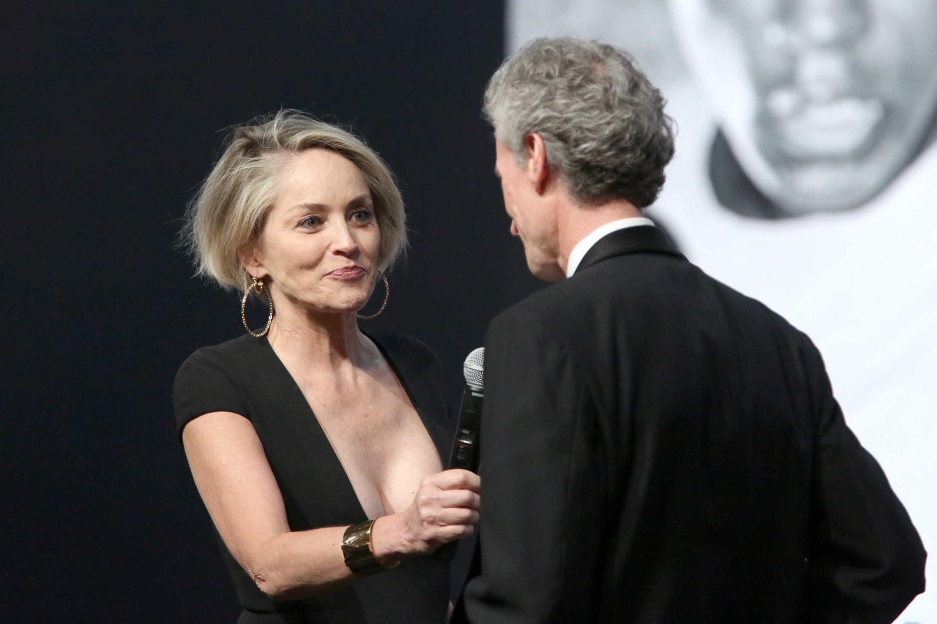 Sharon Stone usa decote de 'outro nível'