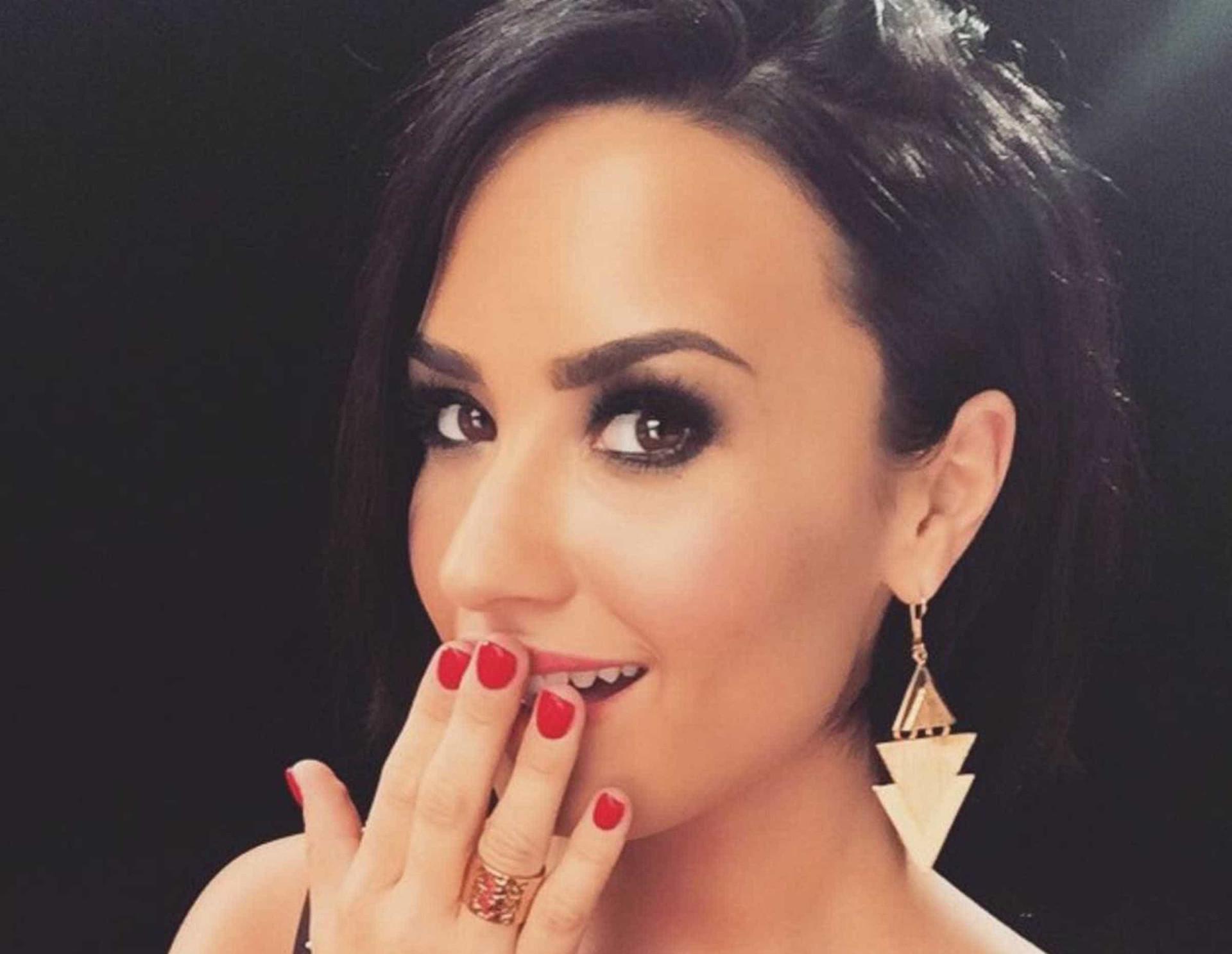 Demi Lovato causa polémica com foto em topless