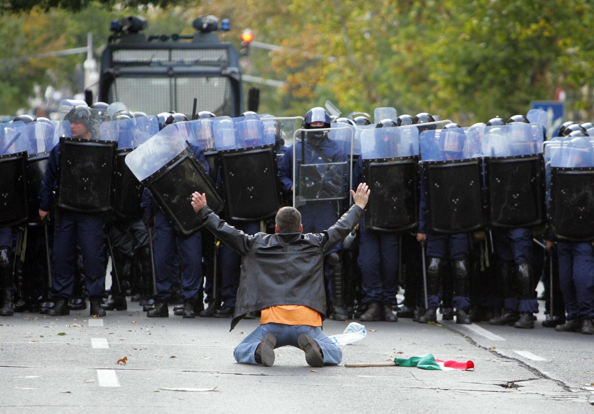 Quando alguém ousa erguer-se sozinho. Imagens de protesto e de coragem