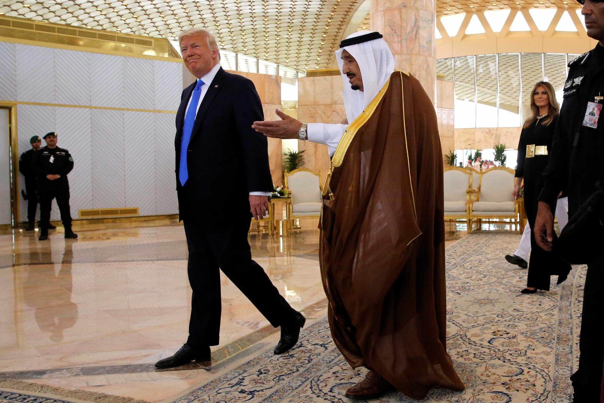 Trump recebido em Riade com honras militares pelo rei Salman