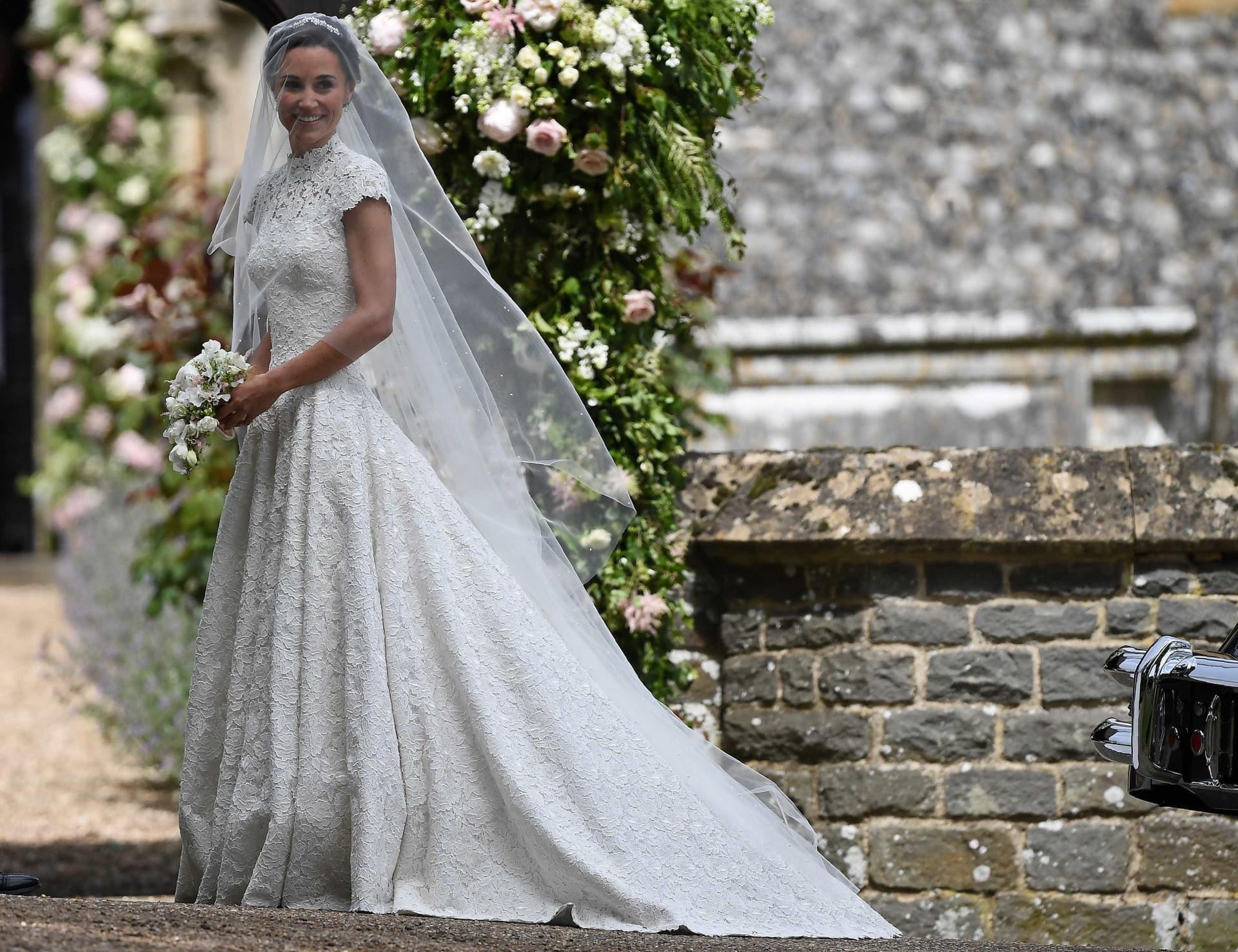 Pippa Middleton já chegou à igreja e o vestido foi, finalmente, revelado