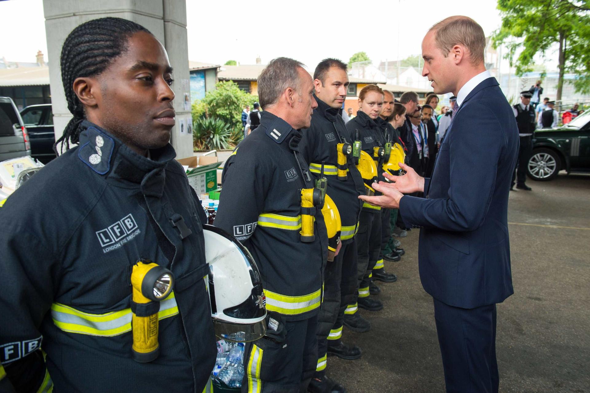 Príncipe William quebrou protocolo na visita a vítimas de incêndio