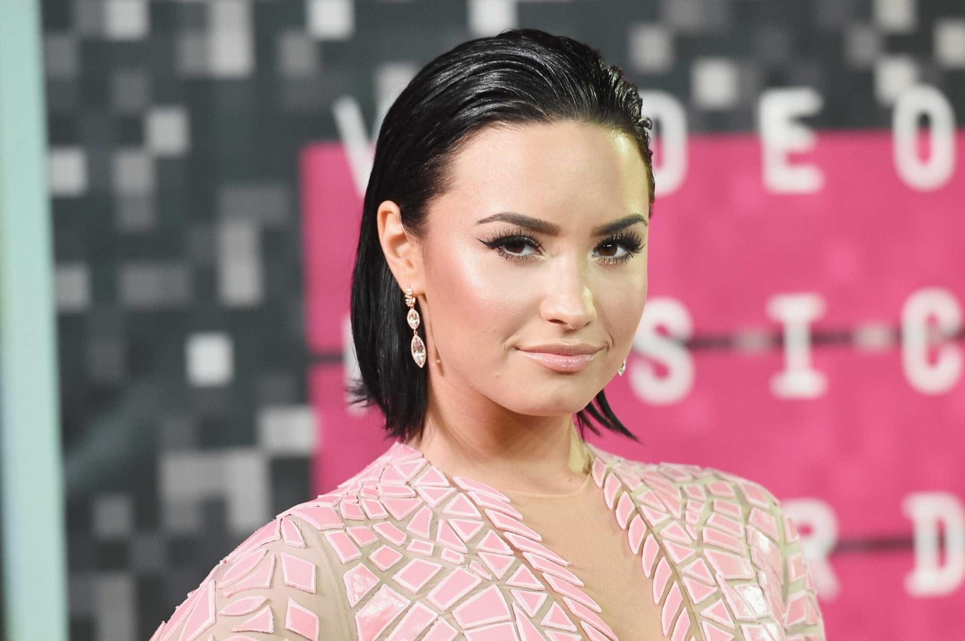 Demi Lovato partilha foto em pose sensual na cama