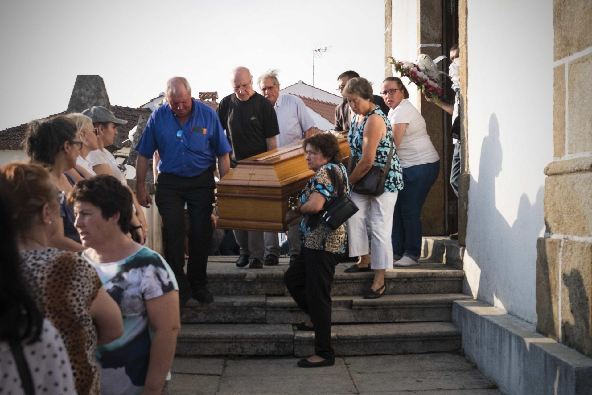 Pedrógão Grande: Lágrimas e emoção no funeral das primeiras seis vítimas