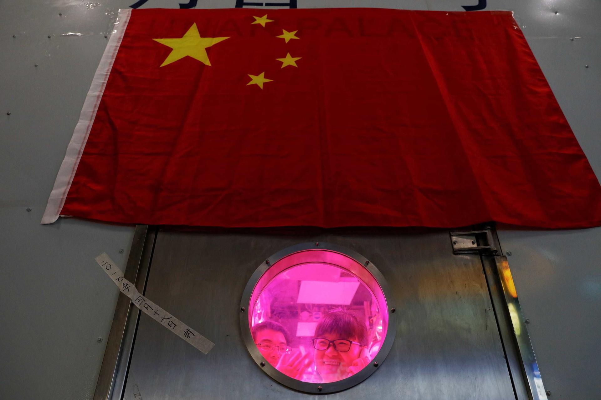 Estudantes chineses passam 200 dias dentro de cápsula para teste espacial