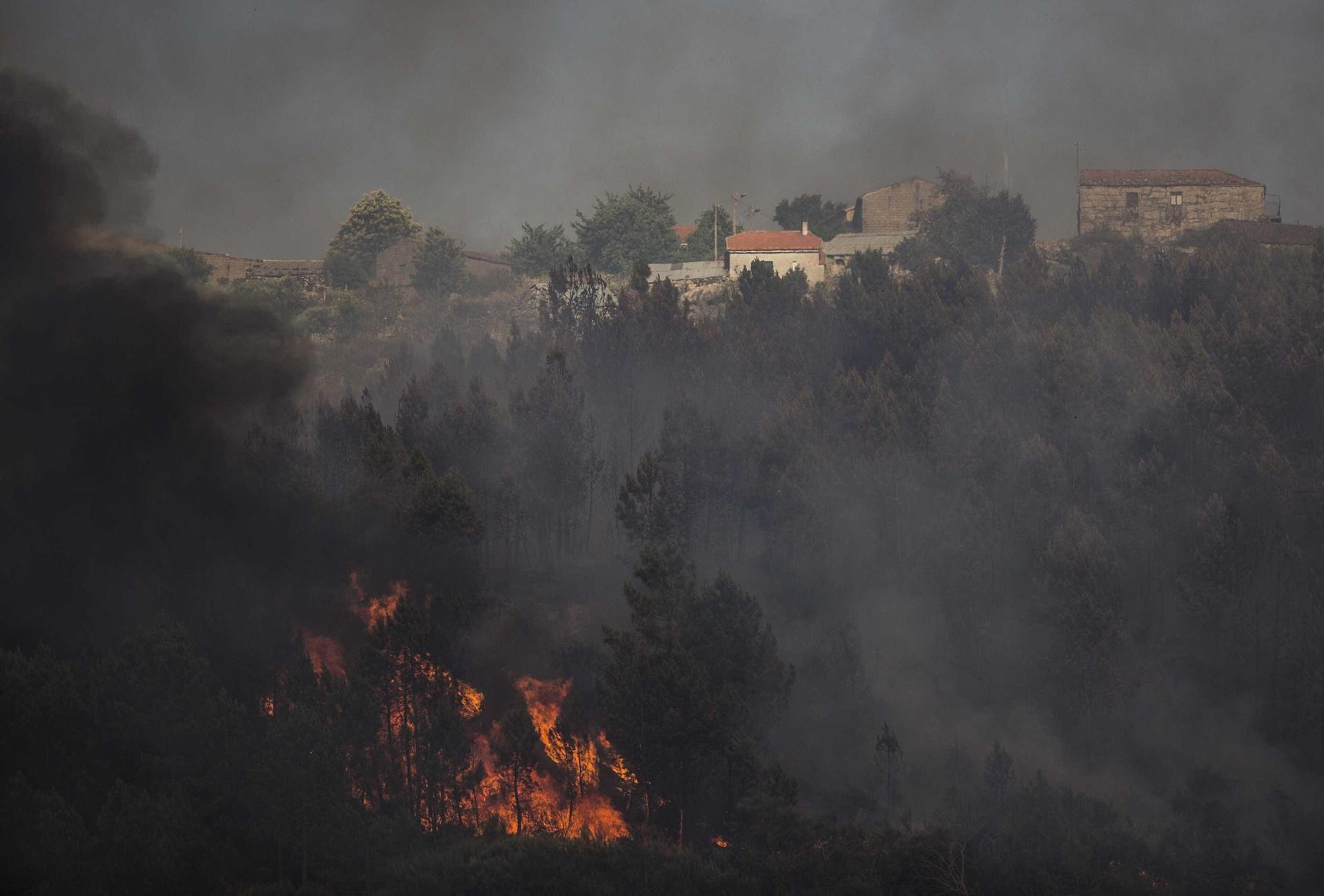 """Alijó: As imagens do fogo """"preocupante"""" que 'renasceu das cinzas'"""