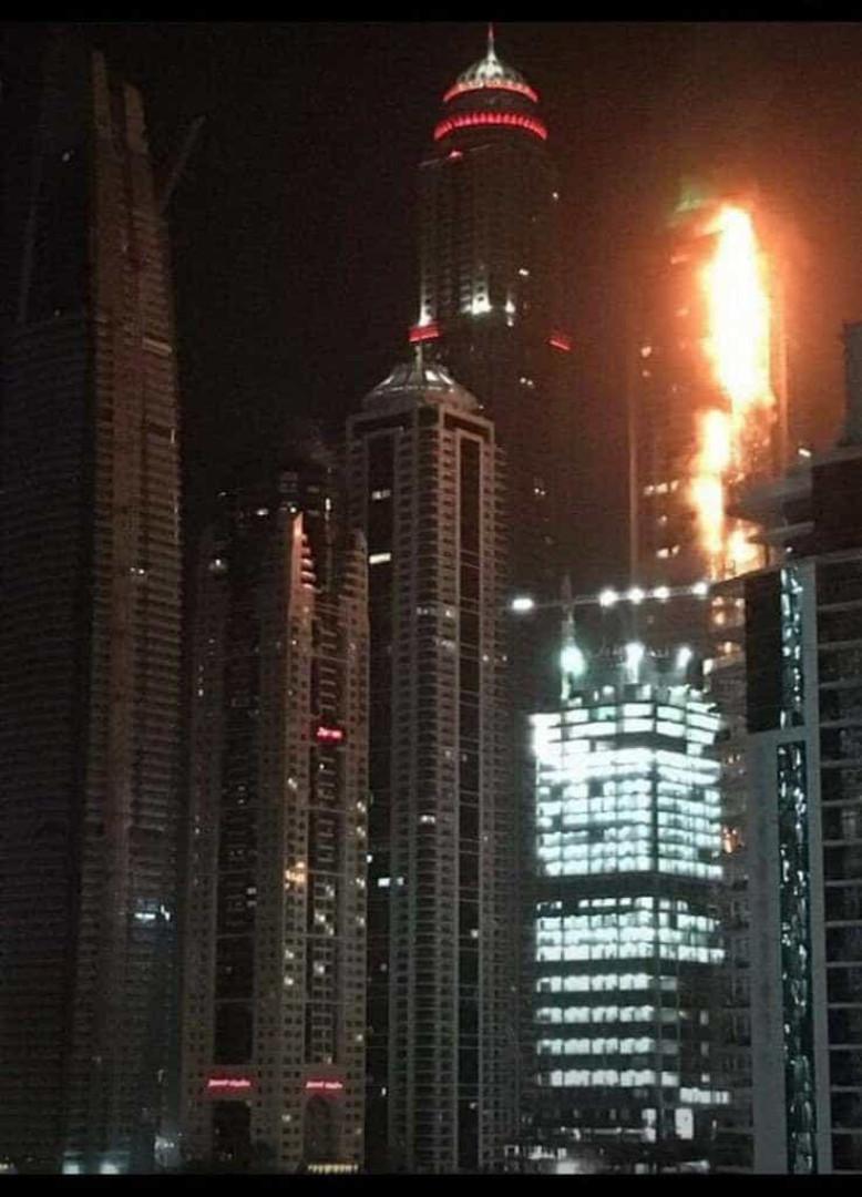 Incêndio deflagra em arranha-céus no Dubai