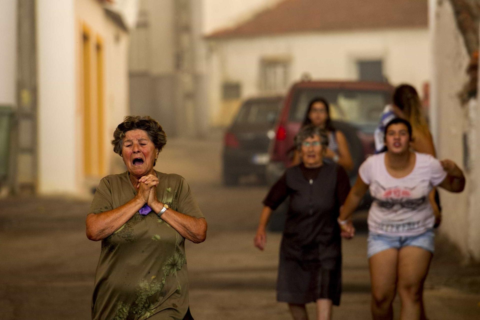 Quatro aldeias evacuadas em Abrantes, ardeu casa de primeira habitação