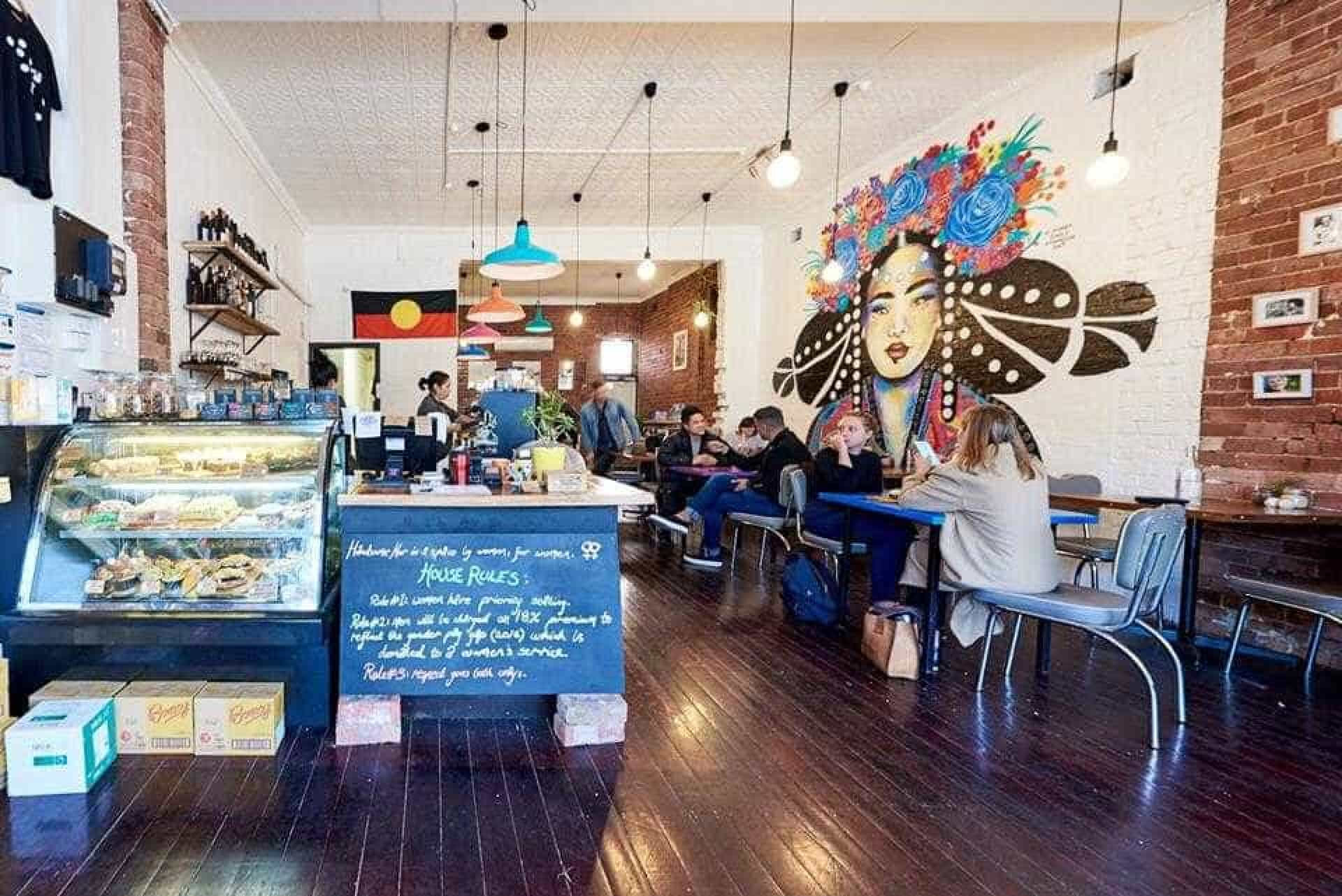 Neste café, a desigualdade de géneros é ao contrário: Eles pagam imposto