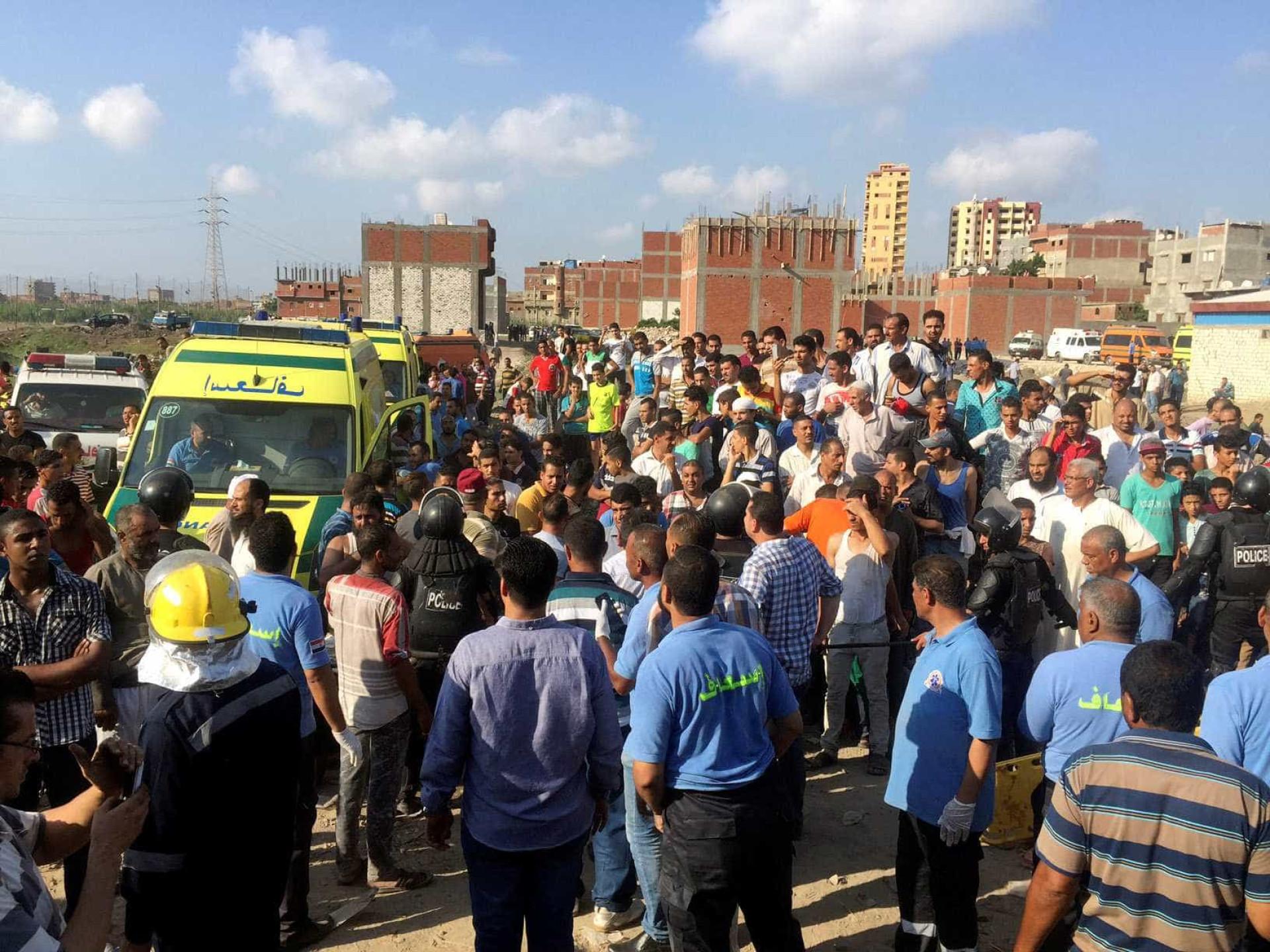 Colisão entre dois comboios provoca dezenas de mortos no Egito