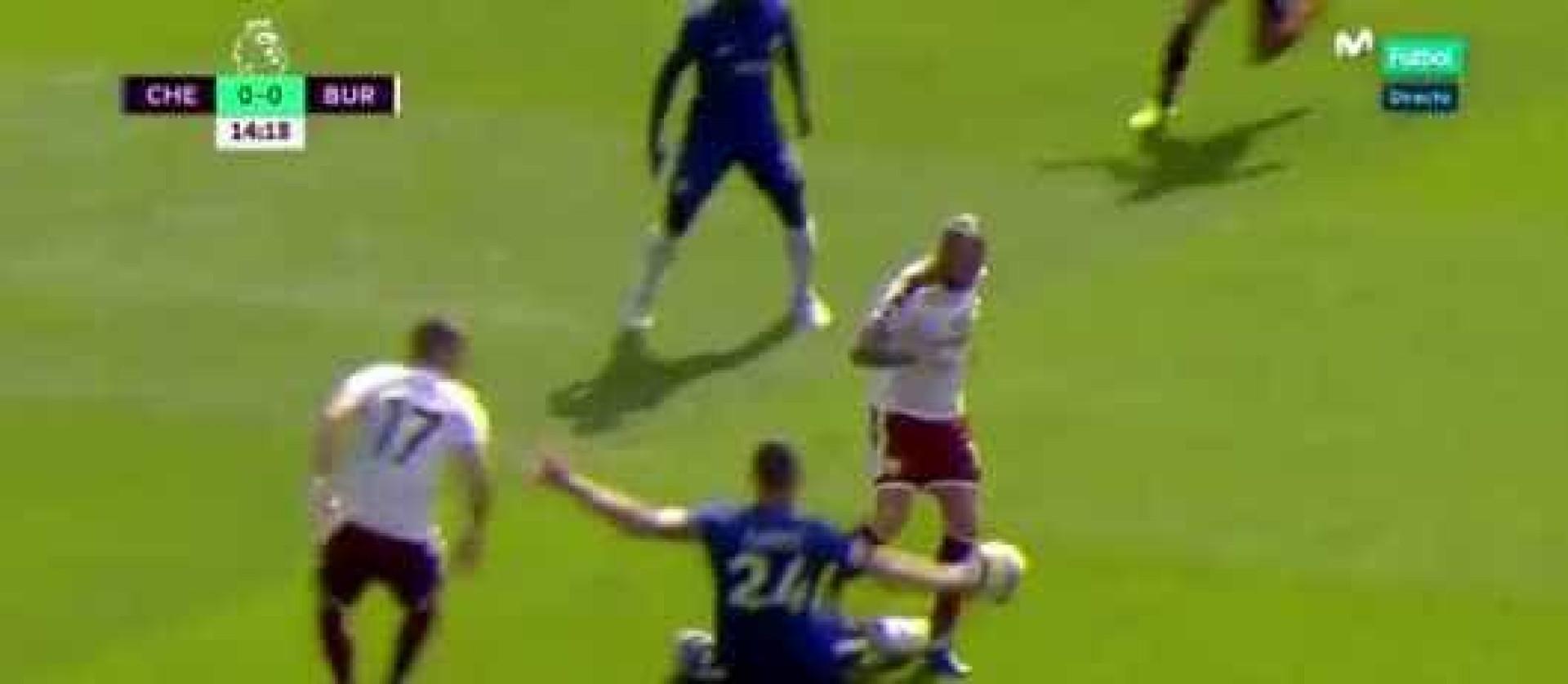 Cahill entrou com tudo sobre Defour e foi expulso do Chelsea-Burnley