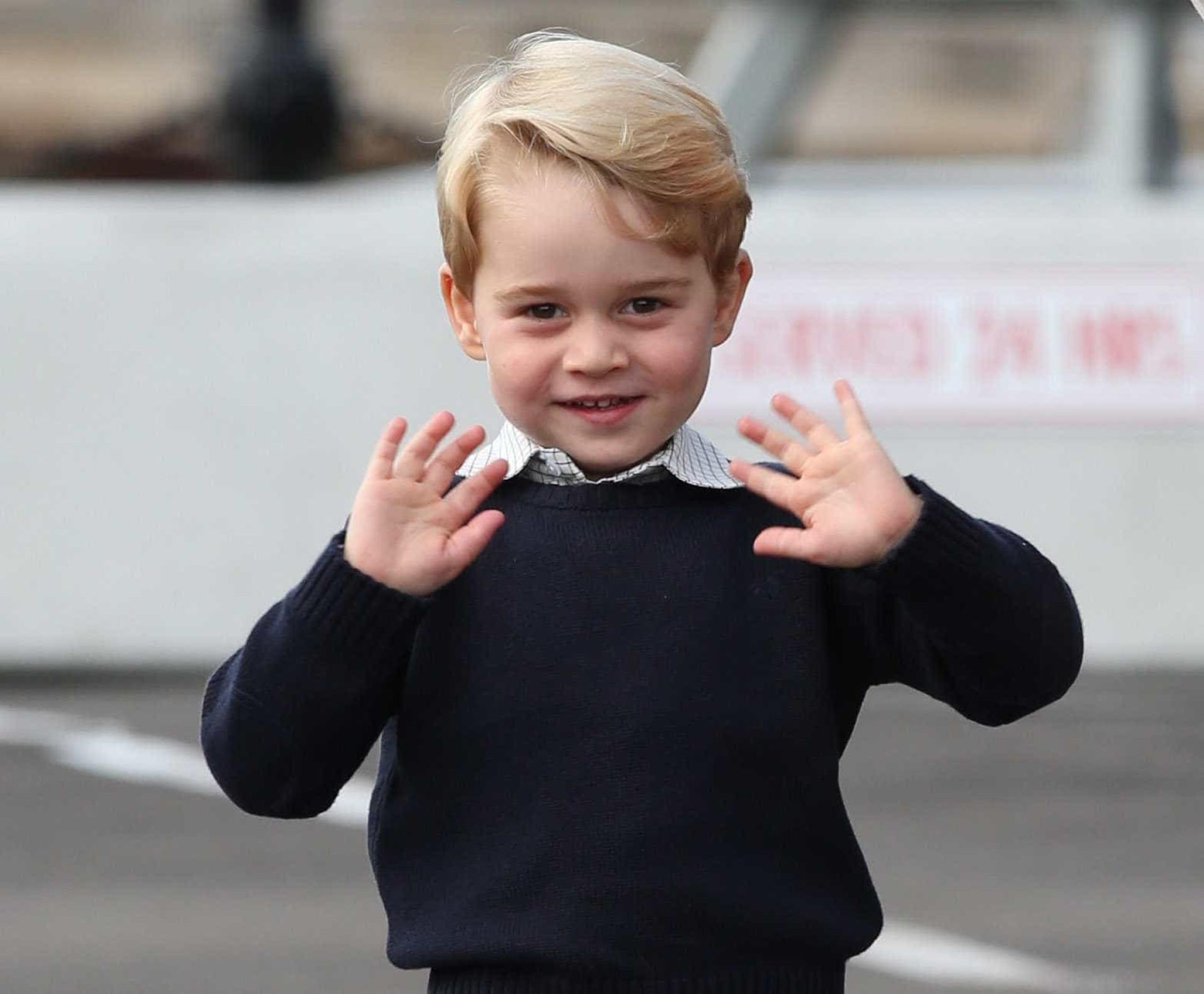 Sapatos usados pelo Príncipe George fazem sucesso e estão quase esgotados