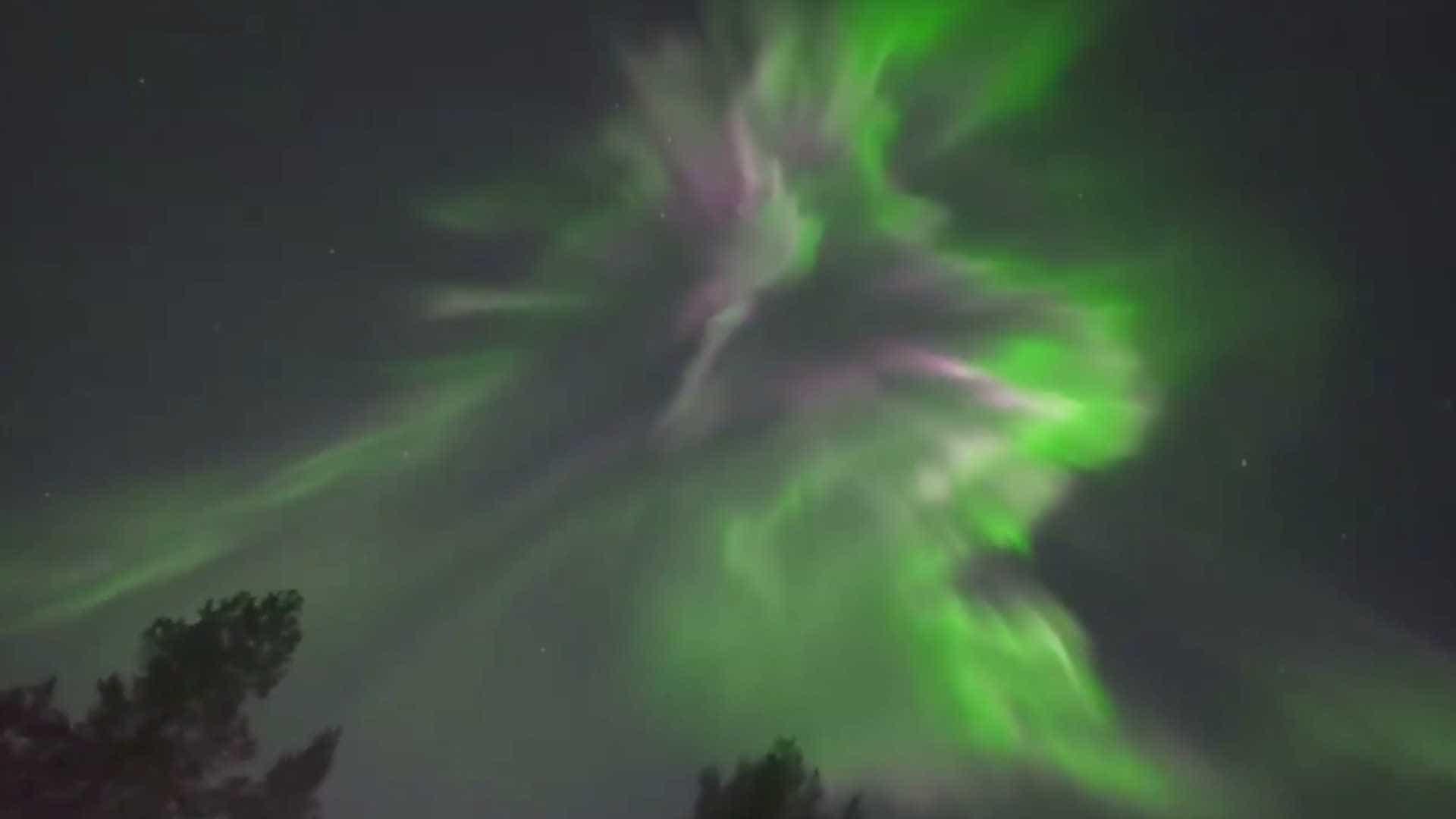 O espectáculo de luzes da aurora boreal no Canadá