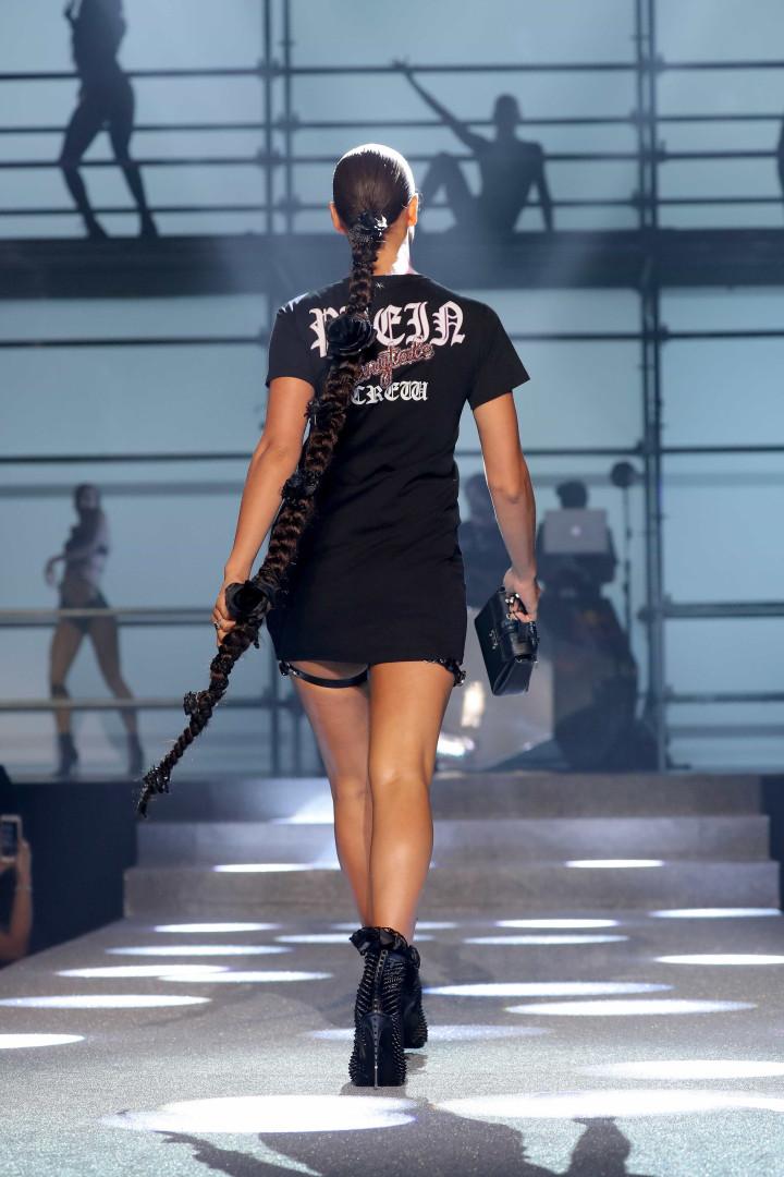Irina Shayk desfila pela primeira vez após ter sido mãe