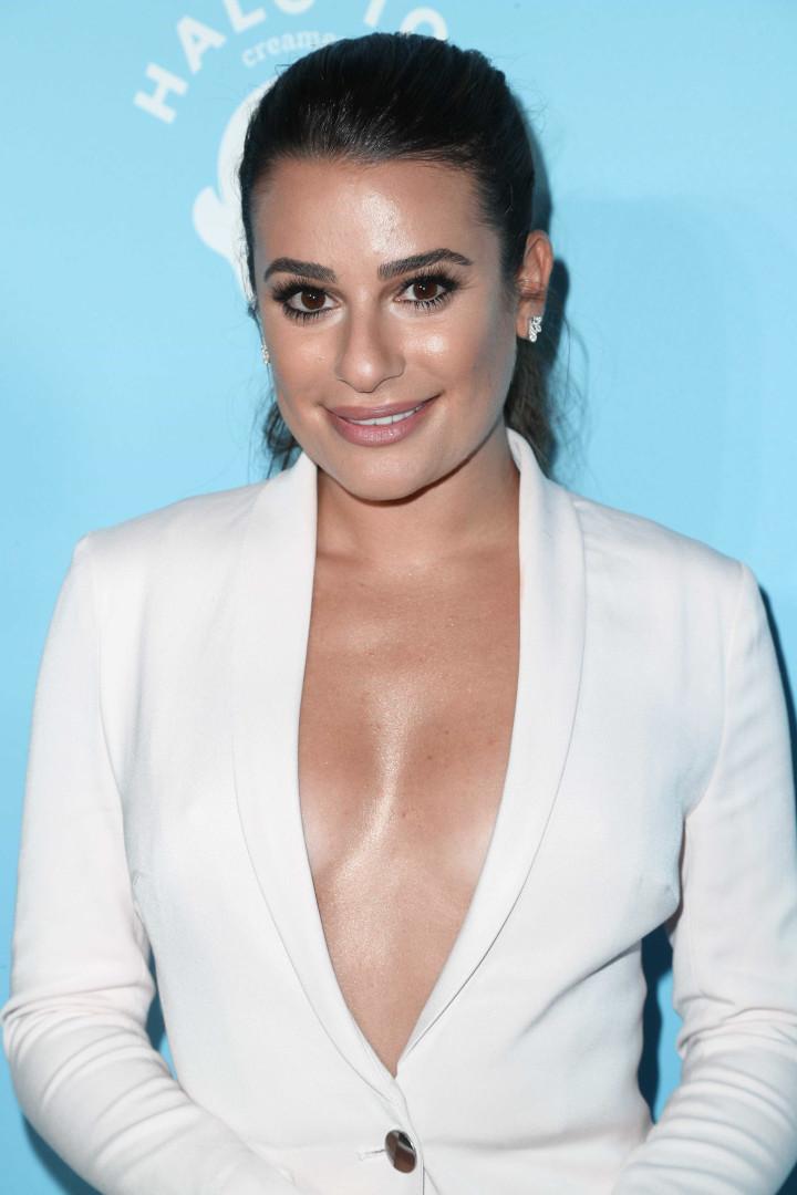 Lea Michele leva decote ao limite em festa