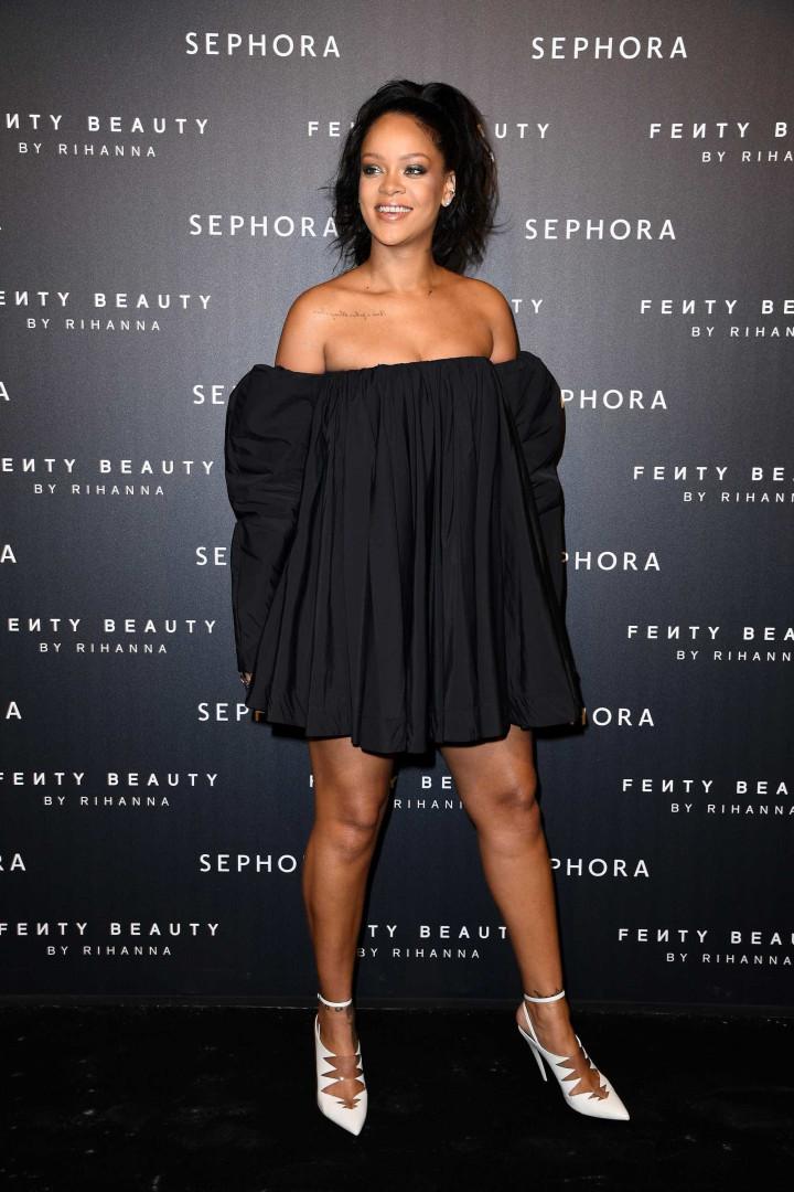 Rihanna volta a apostar num vestido cai-cai